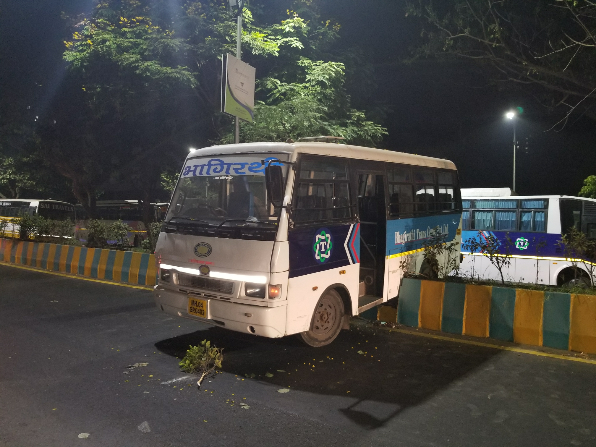Mini Bus Accident In Thane Local Residents Faces Black Out - Hello